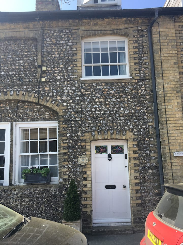 Traditional flint cottage in the heart of Arundel