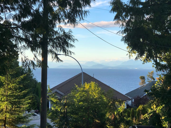 Mermaids Kelp: North Nanaimo home close to beach