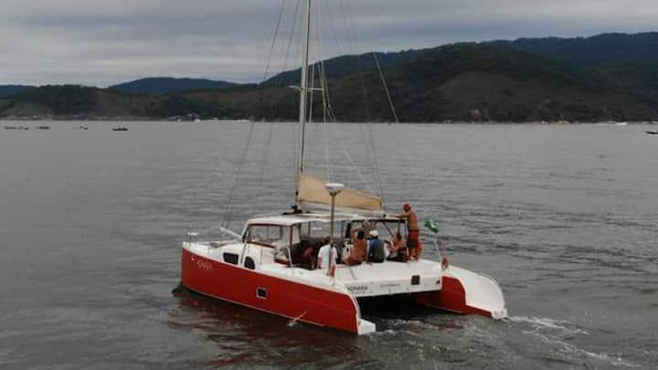 Hospedagem e navegação a bordo de veleiro catamarã