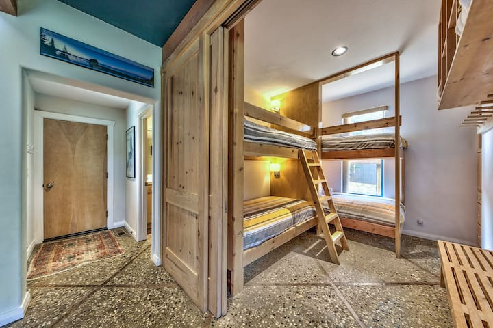 bunk room with 4 single size beds