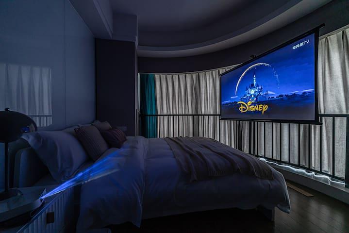 为您准备了新款极米高清投影仪,躺在床上就能欣赏大片,画质媲美私人影院