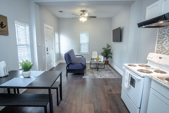 Remodeled Historic Guest House Near Downtown