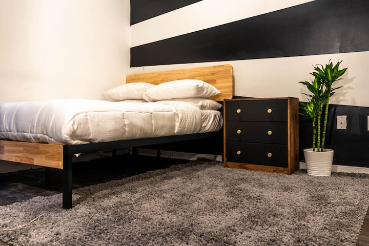 Mid Century Industrial Home w/Queen Bed - Downtown