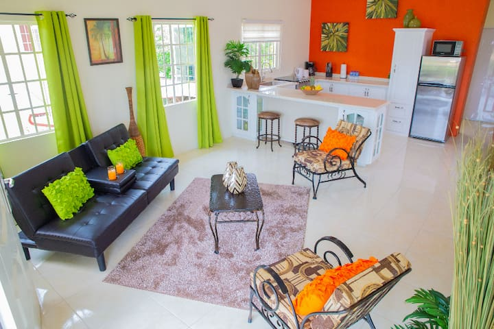 **BRAND NEW** Tropical Haven, Ideal For Getaways!
