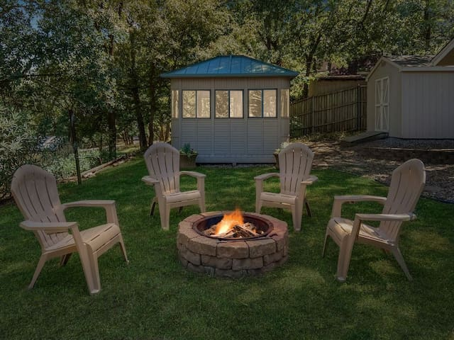 Charming Home ½ mile to Lake!  Hot Tub & Fire Pit
