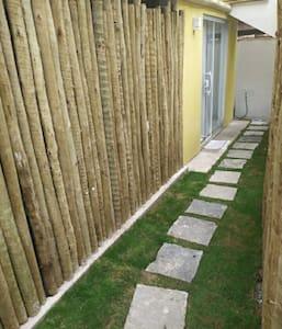 O portão mede 0.90cm, o percurso até a porta mede 1 metro ,  a porta de entrada mede 1.60 e 0.80cm de abertura, o corredor com 0.80cm.