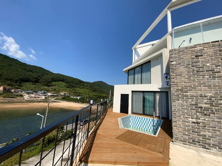 벨루가53-BE room. 2층 건물로 바다를 바라보는 풍경이 아름다운 한적한 시골마을