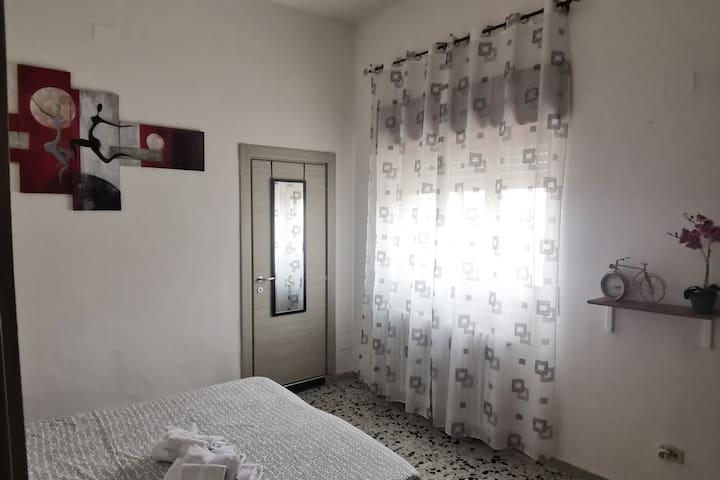 Luminosa e accogliente camera da letto, dotata di bagno privato