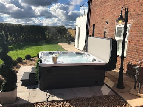 Stunning Views, Hot Tub, 5 Minutes to Chester