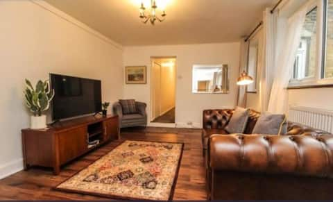 Brentwood Victorian Conversion Flat with a garden