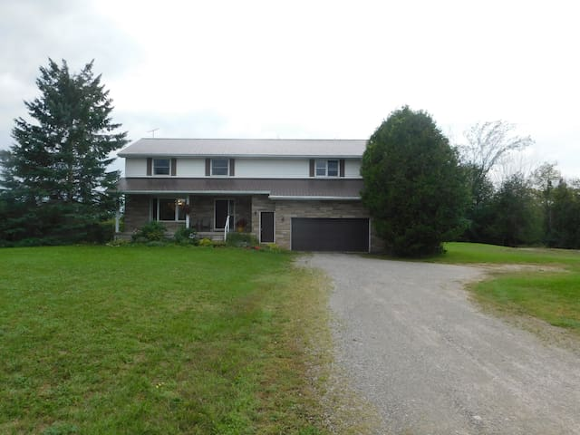 Beautiful Country Getaway Close to Town