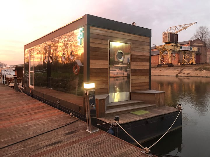 Lovely FLOATING HOUSE at the edge of ARTsy Village