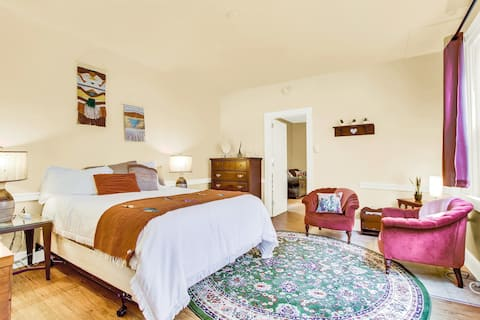 3 Blocks to Center Town | S West Decor | Fast WiFi