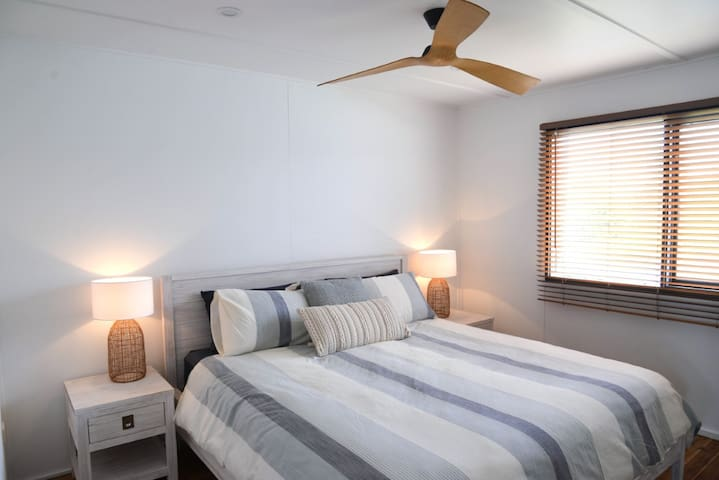 King sized master suite with ceiling fan