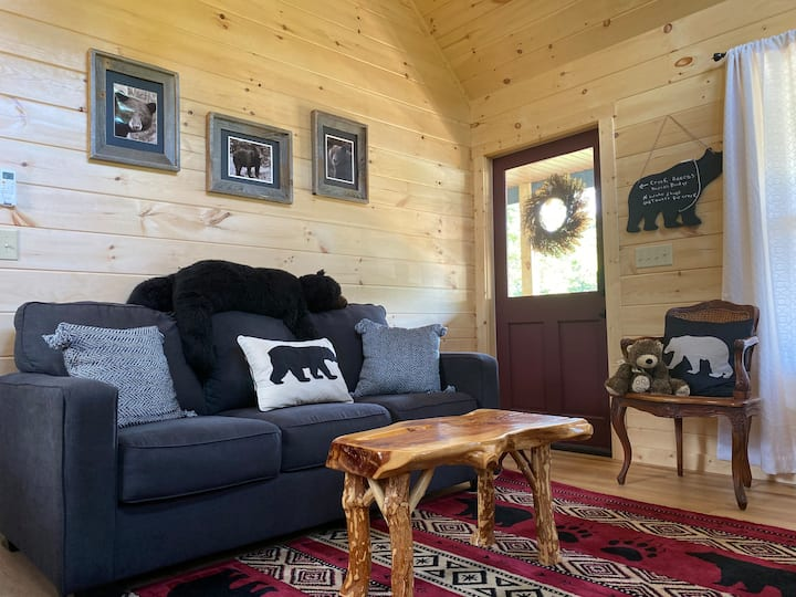 Romantic little cabin steps away from Deep Creek