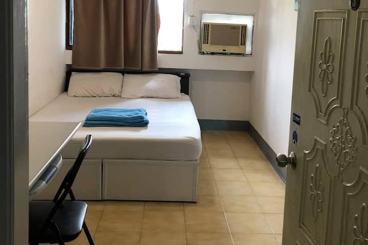Single private room /shared bathrooms