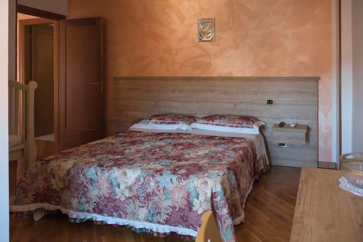 """Camera """"Colle Rosso"""" matrimoniale con culla bimbo/a, cabina armadio, secondo piano"""