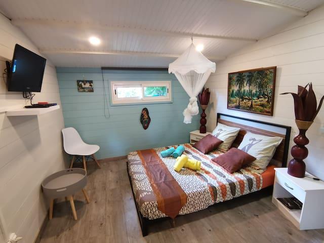 Espace nuit du bungalow, Lit 140*200 , TV 60cm par cable