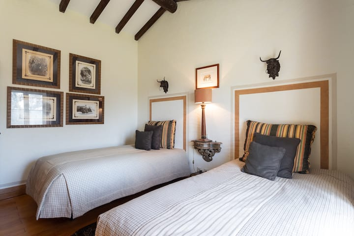Brownie Room: Private En-suite in a Farmhouse