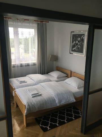sypialnia z 2 pojedynczymi łóżkami