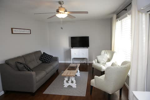 Stockton Lake Cottage-King Bed-Smart TVs-Downtown
