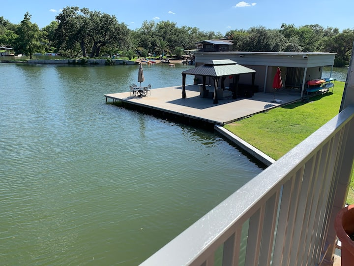 Waterfront 5/5 in calm cove. Sleeps 20+