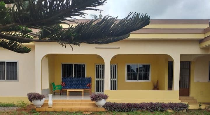 Lomé: Maison grd Jardin, salle de massage, Jacuzzi