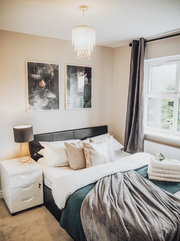 Spacious 4 bed home – Walk to Bicester Village