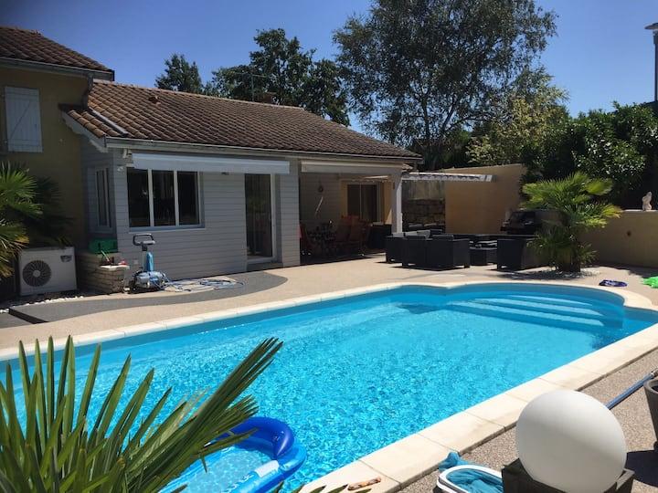 Chambre privée indépendante : maison avec piscine