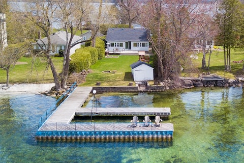 Charming Waterfront Cottage on Lake Simcoe