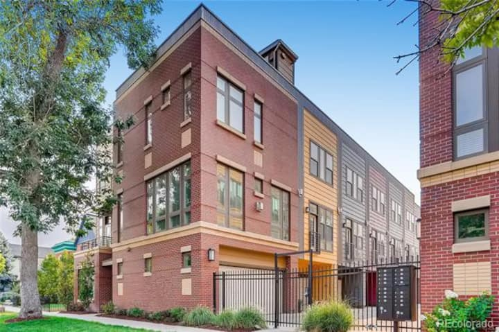 Uptown Townhome with Rooftop Views! - Fast WIFI