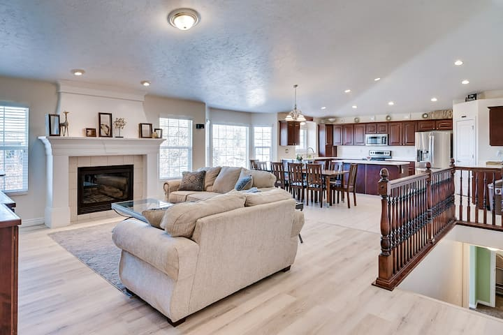 Spacious SKI ⛷ Home with Fast Internet and Sleds!