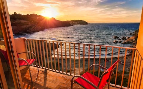 Collioure Beach Front Apt. with Parking- La Gavina