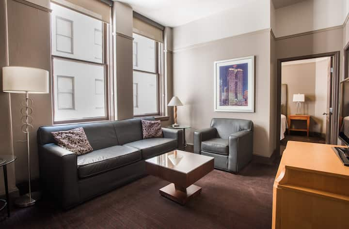 Queen suite with views of downtown 18