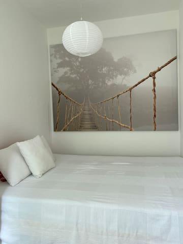Schlafzimmer zur Gartenseite mit Doppelbett u bequemer neuer Matratze ...140x200
