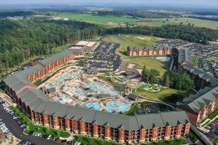 ✦GLACIER CANYON WATER-PARK AND RESORT - Stay in our Spacious Bedroom Suite with 8 Complimentary Park Passes!✦