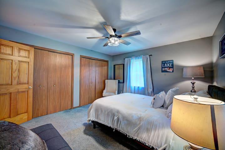 Bedroom Main floor Queen bed w Futon