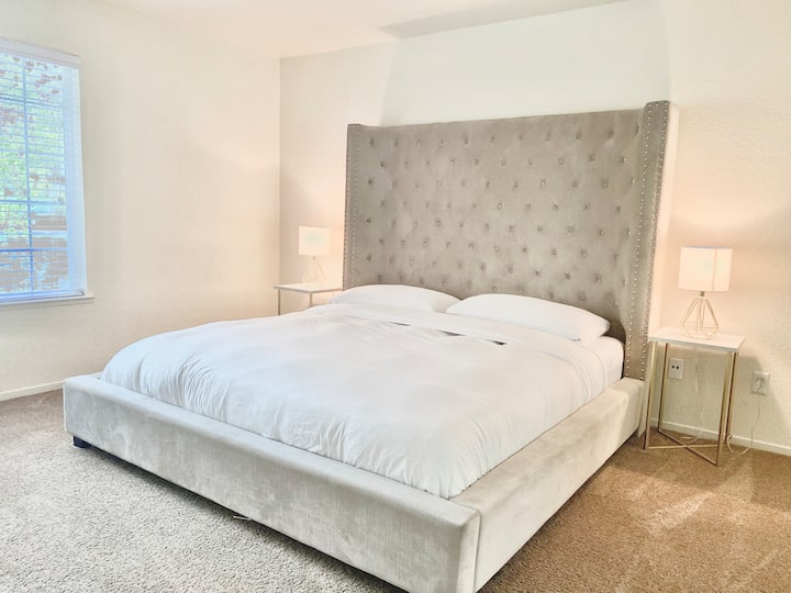 Luxury King Bed Central to Downtown and Airport