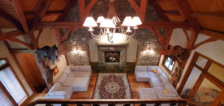 Yellowstone Lodge: Vaulted ceiling, big fireplace