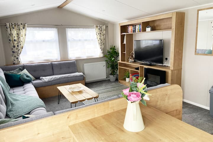 Brand New Caravan with hot tub on River Trent