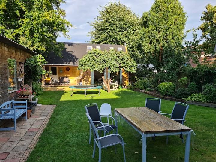 Private garden cottage in center of Apeldoorn