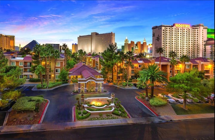 Right on the Strip! Vegas King Suite NO RESORT FEE