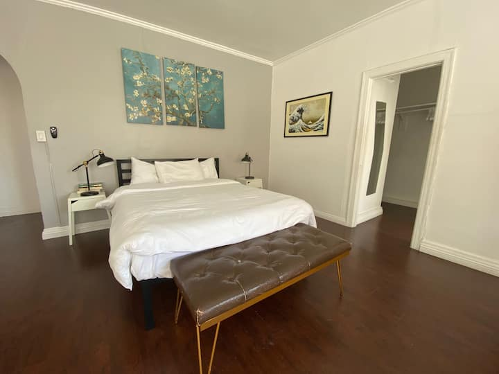 Amazing studio in the heart of Hollywood LOCATION!