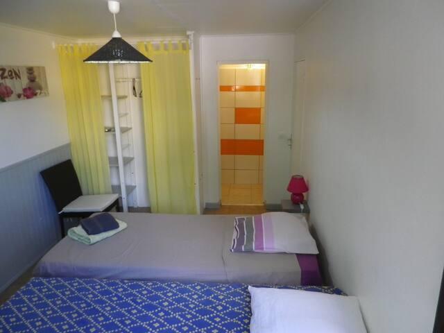 chambre 2 :  climatisée, avec 2 lits simples, salle de bain privative et wc privatifs.