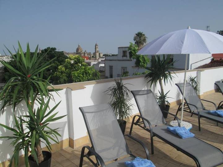 Hyggelig pen leilighet. Terrasse med  flott utsikt