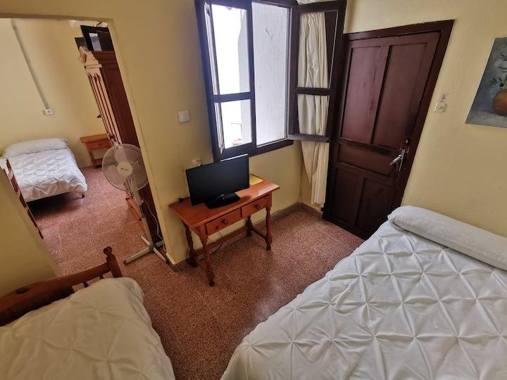 habitación triple 3 camas baño y cocina compartida