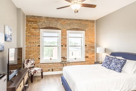 ❂ Studio next to Falls Park ϟ Fast Wifi and Cable!