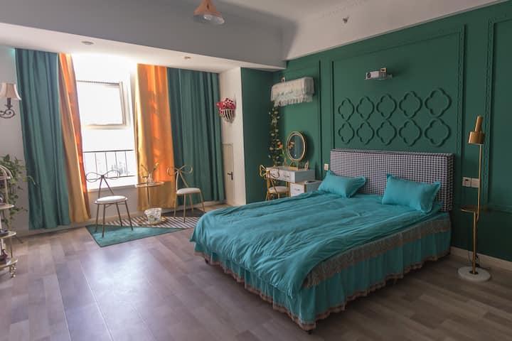 《瑞雪宸曦》复古绿轻奢投影仪大床房