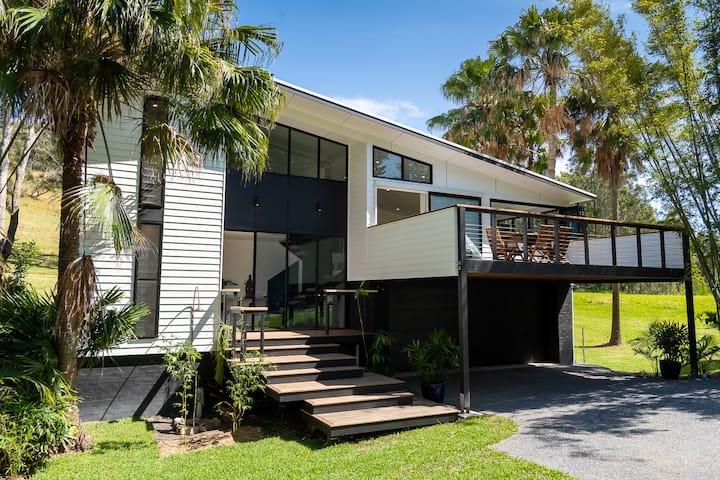 Bamboo Beach House  (Linen provided)