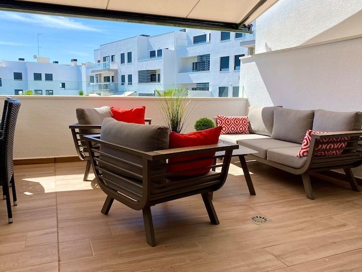 Nybyggd lägenhet med stor terrass och poolområde